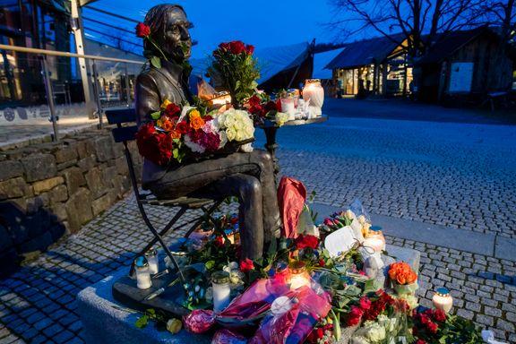 La ned blomster til minne om Teigen i Tønsberg