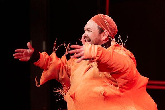 Teateranmeldelse: Dumphuskeshow som veksler mellom det poengløse og det gnistrende