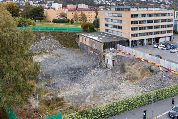 For to år siden kom et gigantisk hull ved Etterstad vgs. Så forsvant gravemaskinene. Siden har ingen sett dem.