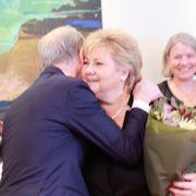 Støre fikk nøkkelkortet til Statsministerens kontor – og ga fra seg en klem til Solberg