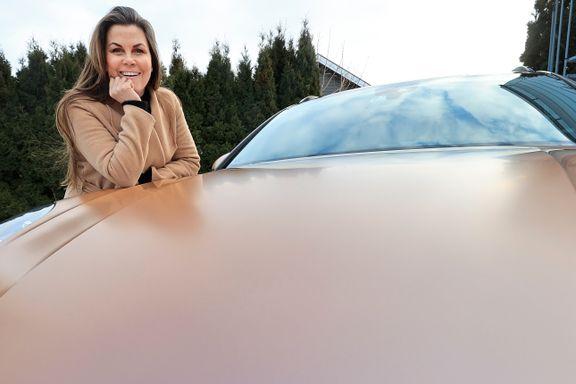 Hun har en Porsche i roségull: – Nå som verden er så trist, trenger vi farger