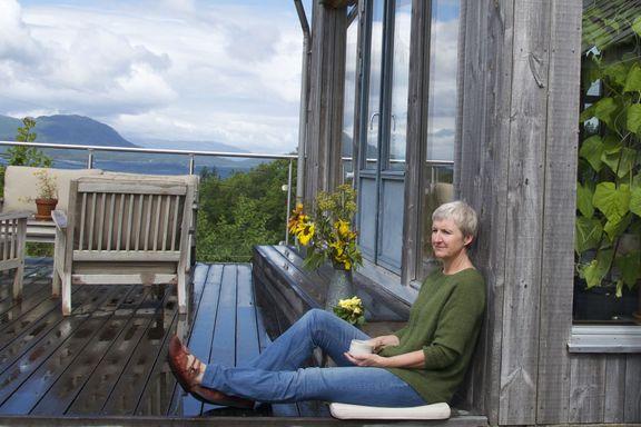 Hun isolerer huset med halm: - Det handler ikke bare om lave strømregninger