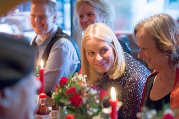 Kronprinsparet spiste julelunsj med gjester fra Natthjemmet og Fattighuset