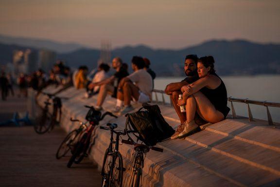 Nyter solnedgangen i Barcelona i puljer