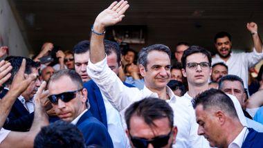 Hellas statsminister erkjenner valgnederlag. Etterfølgeren kommer fra landets svar på Kennedy-familien.