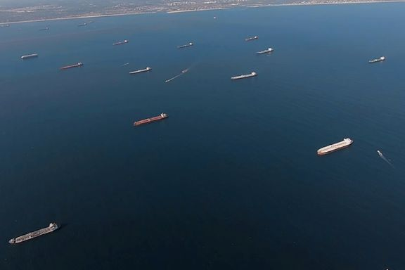 Fulle tankskip har ikke noe sted å dra. Dette er årsaken til den globale oljeoverfloden.