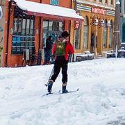 Snøkaos i Sør-Norge: Mange trafikkuhell og ski i gatene
