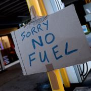 Britiske medier: Johnson vurderer å hente inn militæret for å fylle bensinpumpene