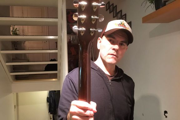 Sendte gitaren med spesialbagasje, fikk skader for 8000 kroner