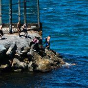 Migrantene la på svøm rundt gjerdet for å ta seg inn i en liten del av Spania. Nå sendes de tilbake.