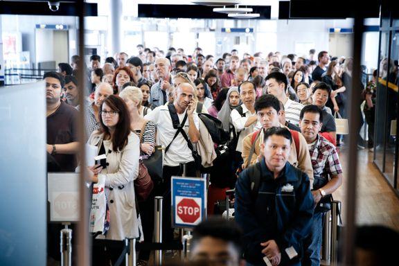 Flyreisende må forberede seg på lange passkøer også i år, varsler statsråden