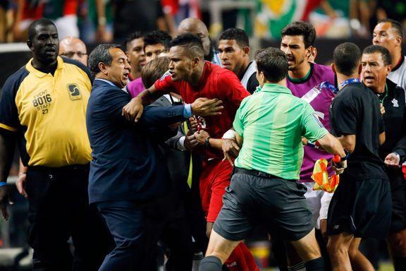 Illsinte spillere jaget dommeren og publikum kastet søppel i semifinaledrama