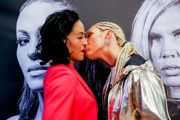 «Dette kysset er det eneste Brækhus får ut av en totalt verdiløs boksekamp»