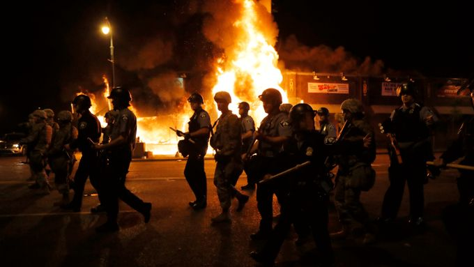 Voldsomme demonstrasjoner og opptøyer i flere amerikanske byer. Politibetjent og 19-åring skutt og drept.