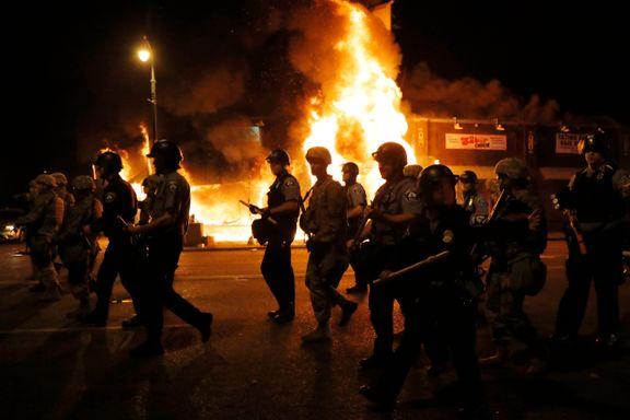 Voldsomme demonstrasjoner og opptøyer i flere amerikanske byer. Politibetjent og 21-åring skutt og drept.
