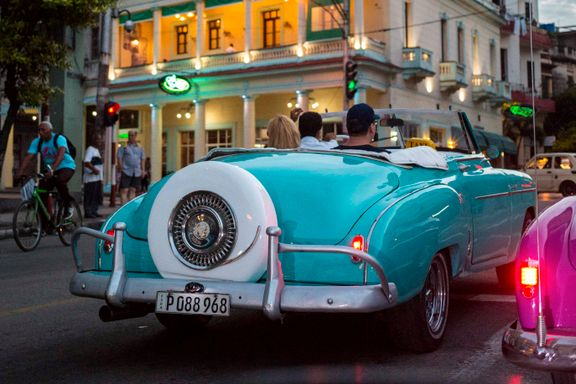 Turister kjøres rundt i gamle amerikanske biler i Havanna. Cubas myndigheter åpner nå for å anerkjenne privat eiendomsrett og et fritt marked i grunnloven. Foto: Desmond Boylan / AP / NTB scanpix