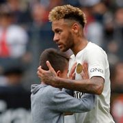 Da den lille gutten stormet banen, reagerte Neymar slik