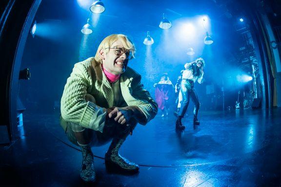 «Gymnaslærer Pedersen»: Fysisk, grotesk og latterliggjørende teater