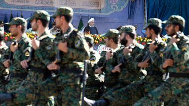 Iran holder militærøvelse mens sanksjoner trer i kraft