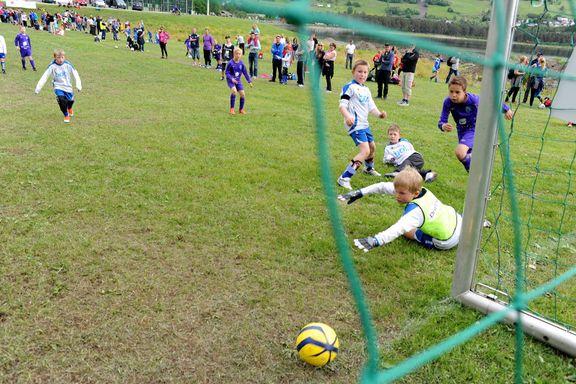 «Kjære NFF og NHF. Hvor mange barn skvises mellom idrettene deres i høst?»