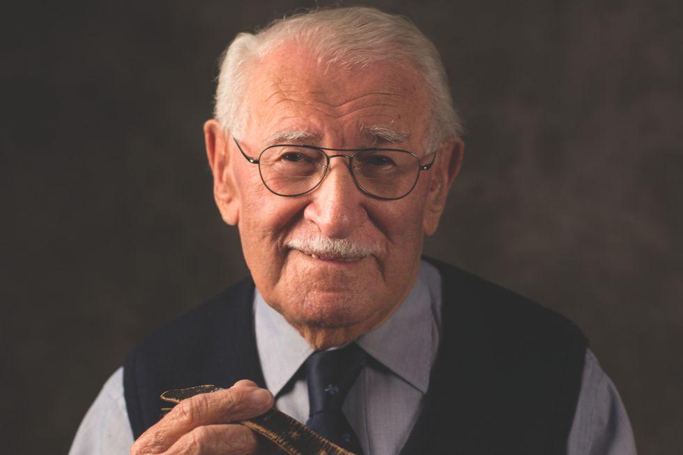 Han overlevde holocaust: Nå har 100-åringen skrevet bok om livet som «verdens lykkeligste mann»