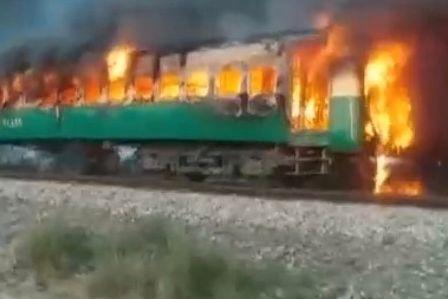 Folk hoppet ut i fart. Overlevende sier brennende tog kjørte i 20 minutter før det stoppet.