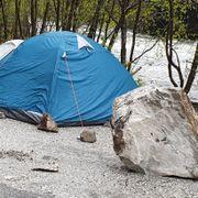 Fastboende advarte mot steinsprang. I natt våknet camperne til dette.
