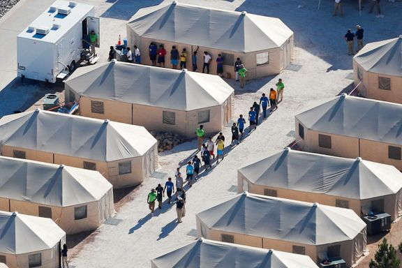 Migrantbarn blir hentet om natten og sendt i buss til denne teltleiren i ørkenen i Texas