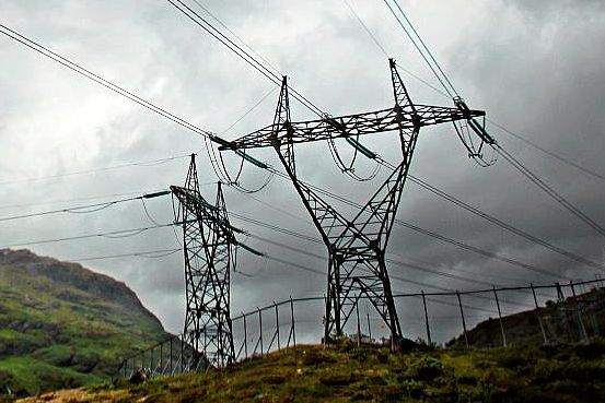 Sp vil gi kommunene mer makt over kraft-nettet. Høyre frykter industribrems.