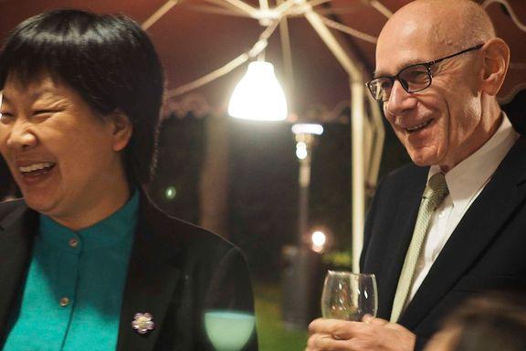 Norges Kina-ambassadør har sitter fem år på overtid. UD våger ikke å skifte ham ut.