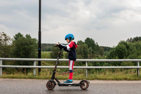 Det kan bli aldersgrense på elsparkesykler. Oskar (7) synes ikke det er nødvendig.
