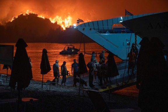 Forskeren ser på at barndomsøya i Hellas brenner. Han venter økt brent areal i Skandinavia.