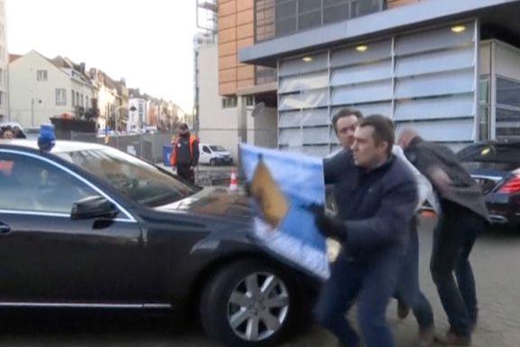 Anti-brexit demonstrant kastet seg foran bilen til May. Det var ikke eneste hindring hun møtte i Brussel.