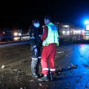 Tre biler og seks personer i alvorlig trafikkulykke. Én person omkom.