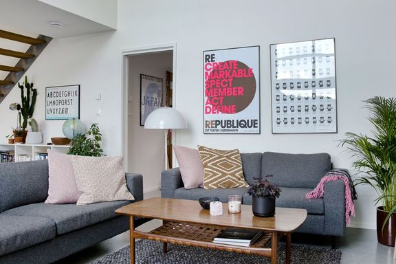 Samboerparet drømte lenge om et funkishus. Nå fyller de det med brukte møbler og designlamper.