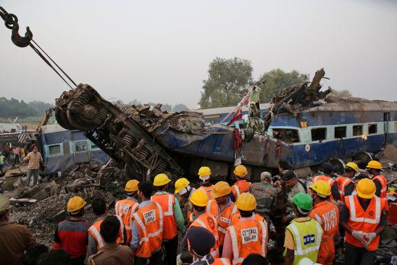 Minst 120 personer omkommet i togulykke i India
