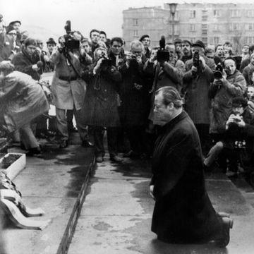 Da ord ble for fattige, gikk regjeringssjefen ned på kne. Slik ble et ikonisk bilde til.