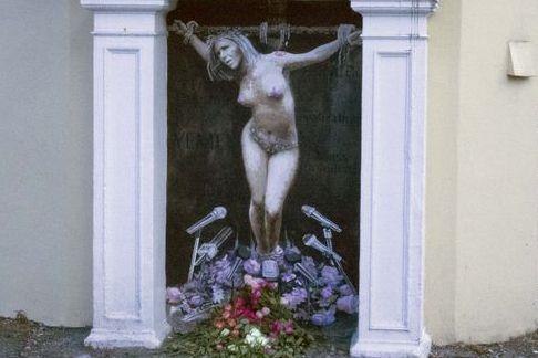 Raser mot gatekunst av naken og korsfestet Listhaug