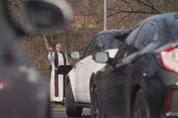 Kirken måtte stenges. Da flyttet presten gudstjenesten hit.