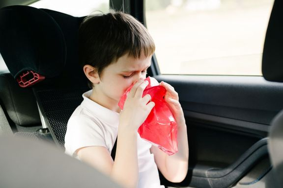 Kan man snu barnets bilstol for å hindre kvalme?