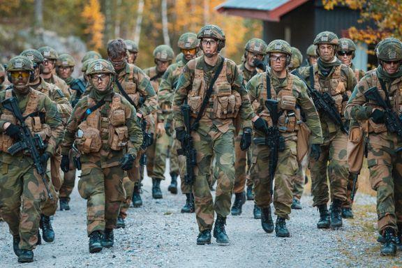 For dyre og avanserte våpen. For mange oberster. Forsvaret kan spare 3 milliarder kroner.