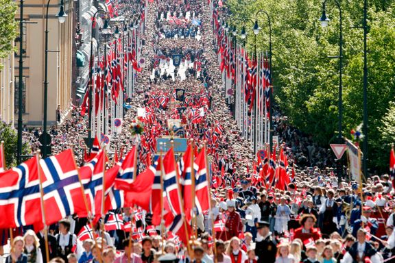 Streikerammede NRK sender live fra barnetoget i Oslo uten kommentatorer. TV2 og VGTV med bred 17. mai-dekning