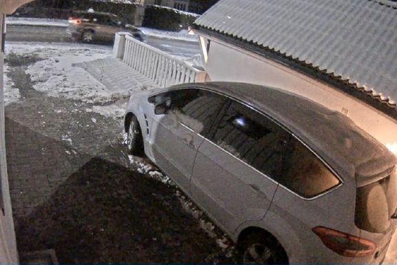 Her står bilen til Bertheussen i brann. Dette skjedde rundt huset minuttene før.