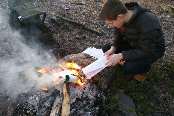 Da Max (17) sto ved bålet og så skolebøkene sine gå opp i flammer, følte han seg endelig glad og fri.
