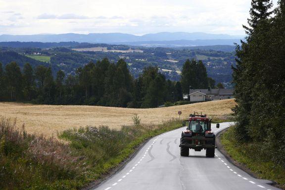Veivesenet ber bønder frakte traktoren på lastebil