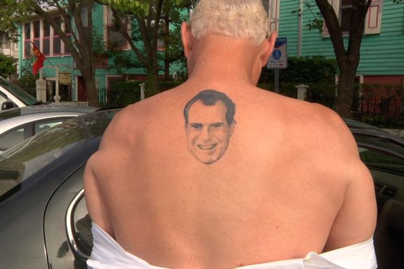 Han har Nixon-tatovering, dyrker konspirasjonsteorier og jobber for diktatorer. Denne mannen fikk Trump inn i Det hvite hus.