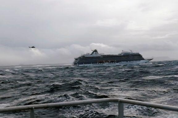 Viking Sky dro ut i dårlig vær. Hurtigruten valgte å fly passasjerene i stedet.