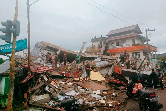 Rop om hjelp høres fra ruinene etter jordskjelvet i Indonesia