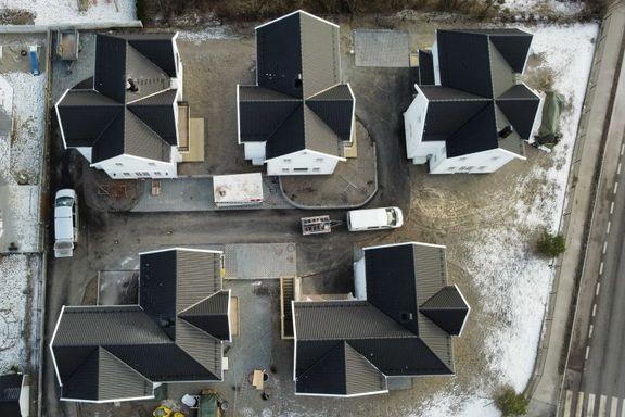 På denne tomten ble én villa til fem nye hus. Nå vil byrådet ha strengere regler for utbygging.