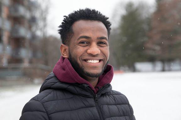 Robiel (21) studerer, jobber, har kjøpt elbil, sparer til bolig. Det er bare fem år siden han kom til Norge.